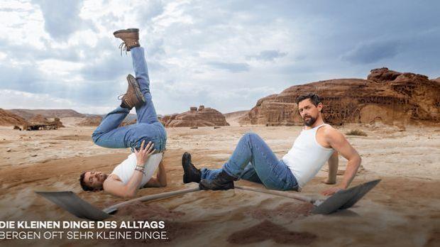 Joko und Klaas tragen weißes Tanktop, Jeans und Boots und posieren auf einer...