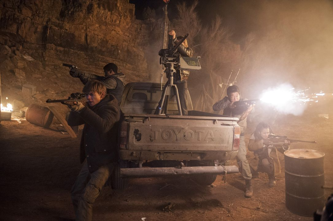 Nehmen den Kampf mit dem WCKD auf: Newt (Thomas Brodie-Sangster, l.), Minho (Ki Hong Lee, 2.v.r.), Thomas (Dylan O'Brien, 2.v.l.) und Teresa (Kaya S... - Bildquelle: 2015 Twentieth Century Fox Film Corporation.  All rights reserved.