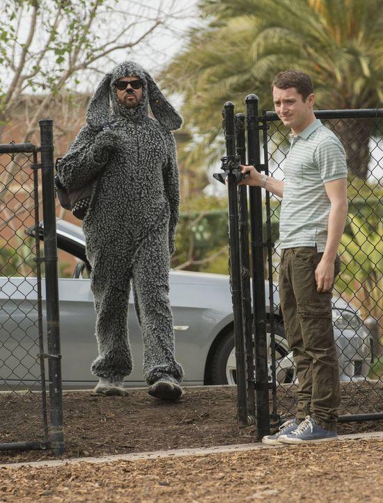 Perfekt vorbereitet begleitet Wilfred (Jason Gann, l.) seinen Freund Ryan (Elijah Wood, r.) zum Hundetraining und zieht dort sein ganz eigenes Ding... - Bildquelle: 2013 Bluebush Productions, LLC. All rights reserved.