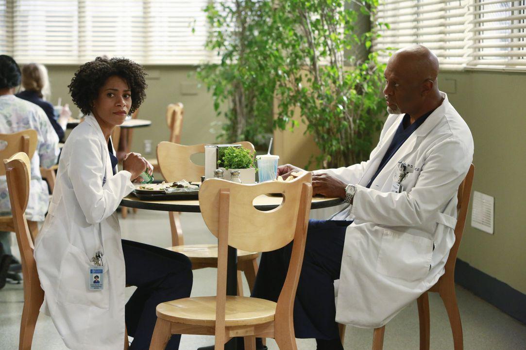 Maggie (Kelly McCreary, l.) muss sich vor Richard (James Pickens Jr., r.) eingestehen, dass sie ihr negatives Bild über Meredith revidieren muss ... - Bildquelle: ABC Studios