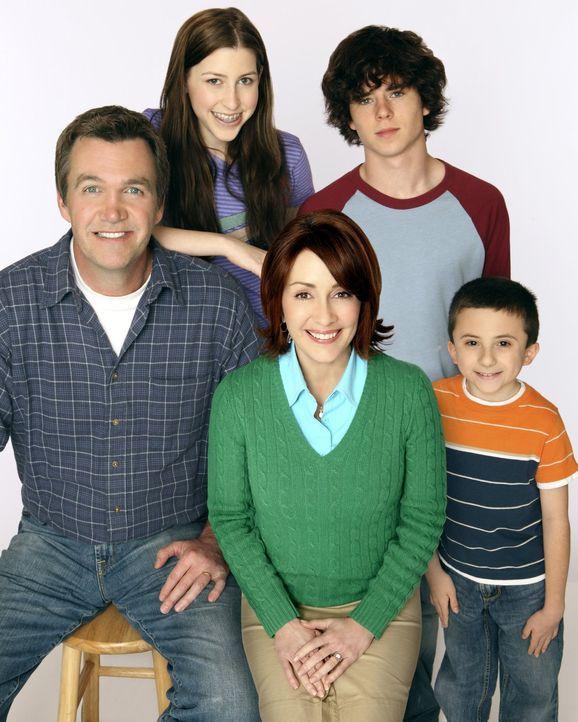 (1. Staffel) - Eine ganz besondere Familie: (v.l.n.r.) Mike (Neil Flynn), Sue (Eden Sher), Axl (Charlie McDermott), Brick (Atticus Shaffer) und Fran... - Bildquelle: Warner Brothers