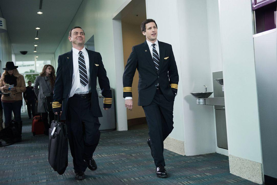 Charles Boyle (Joe Lo Truglio, l.); Jake Peralta (Andy Samberg, r.) - Bildquelle: Eddy Chen 2014 UNIVERSAL TELEVISION LLC. All rights reserved / Eddy Chen