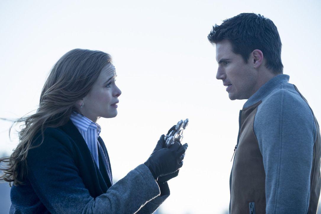 Caitlin (Danielle Panabaker, l.) ist sich sicher, dass sie Ronnie (Robbie Amell, r.) nicht kampflos aufgeben wird ... - Bildquelle: Warner Brothers.