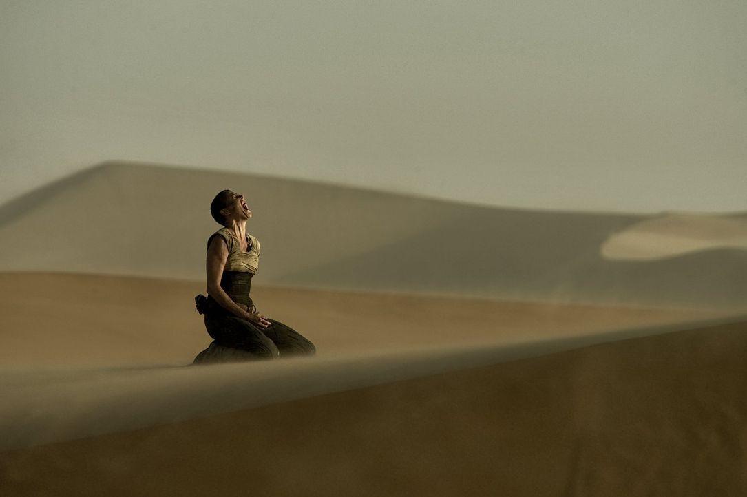 Das unendliche Ödland setzt Imperator Furiosa (Charlize Theron) und ihren Mitstreitern ordentlich zu, doch die Hoffnung auf ein besseres Leben treib... - Bildquelle: 2015 Warner Bros.