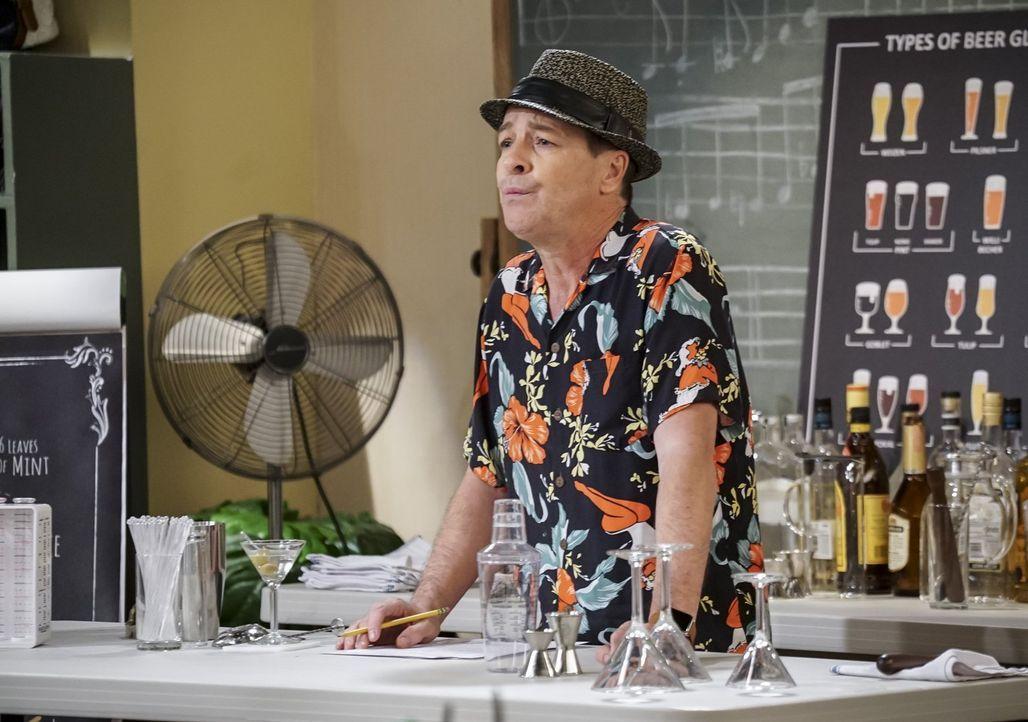 In seinem Barkeeper-Kurs versucht Gil Bronski (French Stewart), den Teilnehmern das Cocktailmixen beizubringen. Wie werden sich Max und Caroline ans... - Bildquelle: Warner Bros. Television
