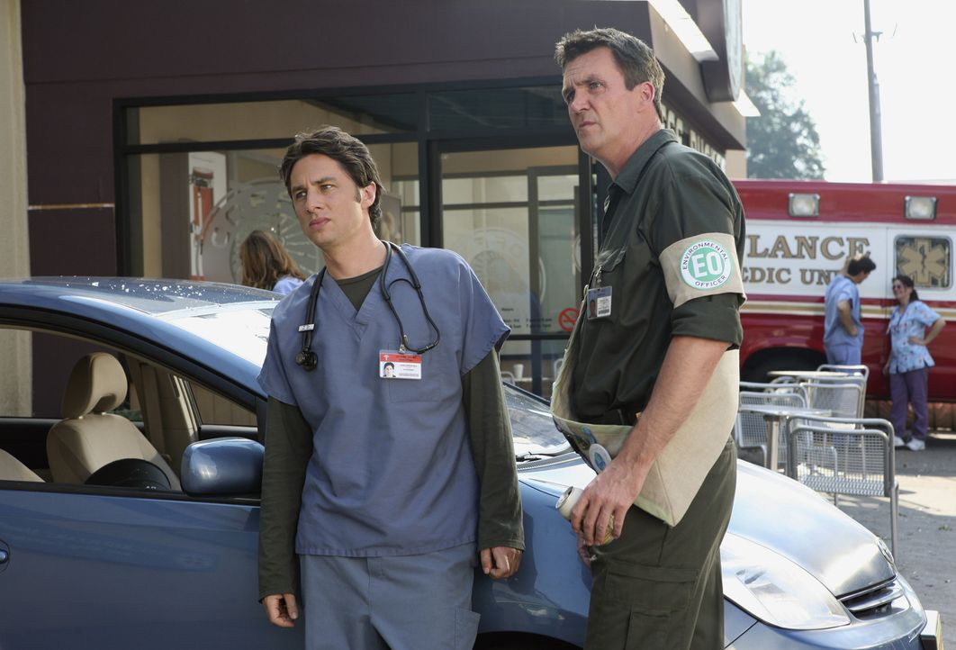 """Während J.D. (Zach Braff, l.) mit dem """"Erwachsenwerden"""" kämpft, hat der Hausmeister (Neil Flynn, r.) ganz andere Probleme: Neuerdings liegt ihm di... - Bildquelle: Touchstone Television"""