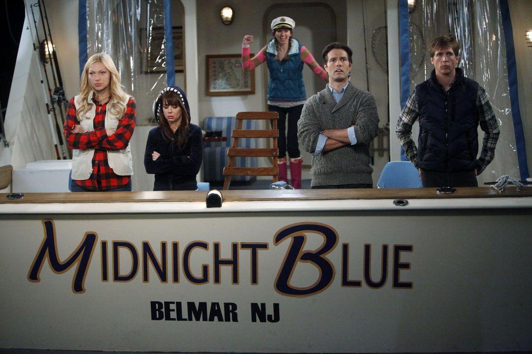 Chelsea (Laura Prepon, l.) nimmt Dee Dee (Lauren Lapkus, M.) und Olivia (Ali Wong, 2.v.l.) mit auf einen Bootsausflug von Dr. Ben Thomas (Tom Parker... - Bildquelle: Warner Brothers