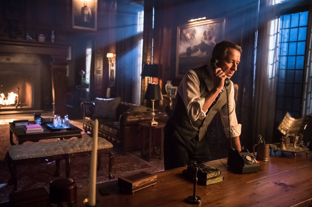 Versucht alles, um Bruce zu beschützen: Alfred (Sean Pertwee) ... - Bildquelle: Warner Brothers