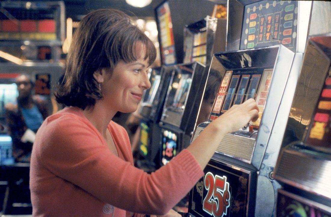 Auch Lois (Jane Kaczmarek) vergnügt sich am Spielautomaten ... - Bildquelle: TM +   2000 Twentieth Century Fox Film Corporation. All Rights Reserved.