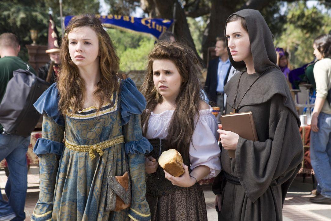 Wer hätte das gedacht, aber auch die drei Streberinnen (v.l.n.r.) Ashley (Amber Tamblyn), Lydia (Mae Whitman) und Truvy (Sarah Hagan) machen sich a... - Bildquelle: Warner Bros.