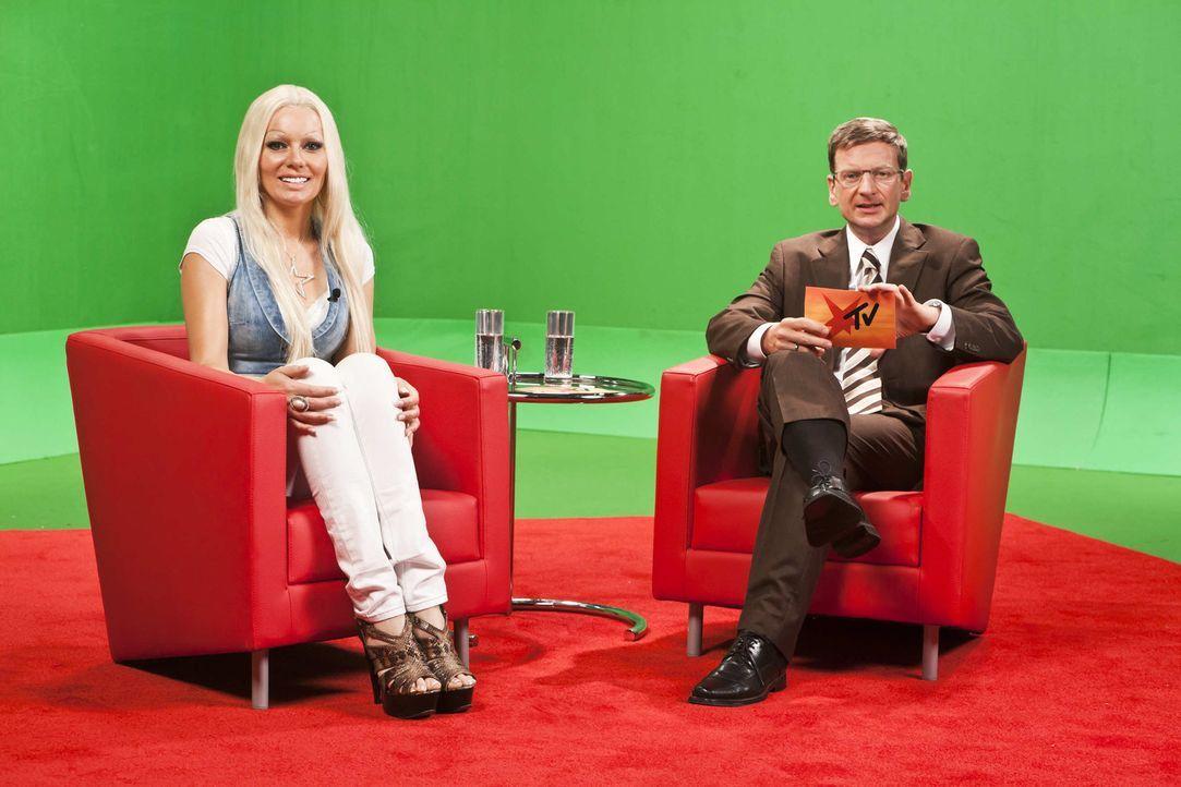 Daniela Katzenberger (Martina Hill, l.) ist zu Gast. Günther Jauch (Michael Kessler, r.) klärt auf warum ganze Medienzweige am Tropf der Blondine... - Bildquelle: ProSieben