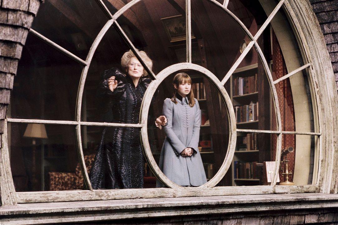 Tante Josephine (Meryl Streep, l.) will wirklich das Beste für Violet (Emily Browning, r.) und ihre Geschwister. Doch auch sie rechnet nicht mit Onk... - Bildquelle: Copyright   2004 by  DREAMWORKS LLC  and PARAMOUNT PICTURES CORPORATION.  All Rights Reserved.