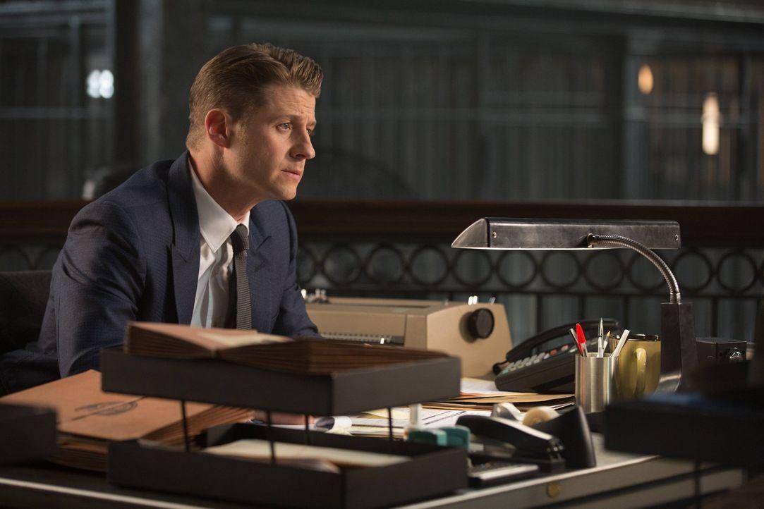 Während Edward sich mit seiner Tat auseinandersetzen muss, kämpft Gordon (Ben McKenzie) in Gotham weiter gegen das Böse ... - Bildquelle: Warner Brothers