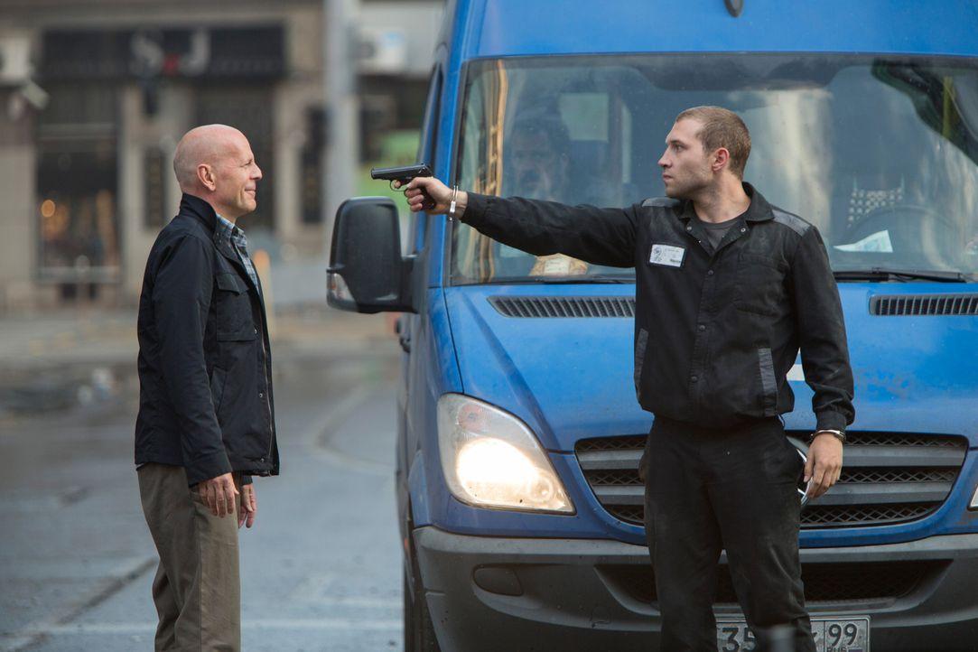 Schon vor vielen Jahren haben sich John McClane (Bruce Willis, l.) und sein Sohn Jack (Jai Courtney, M.) aus den Augen verloren. Als der alte Haudeg... - Bildquelle: 2013 Twentieth Century Fox Film Corporation. All rights reserved.