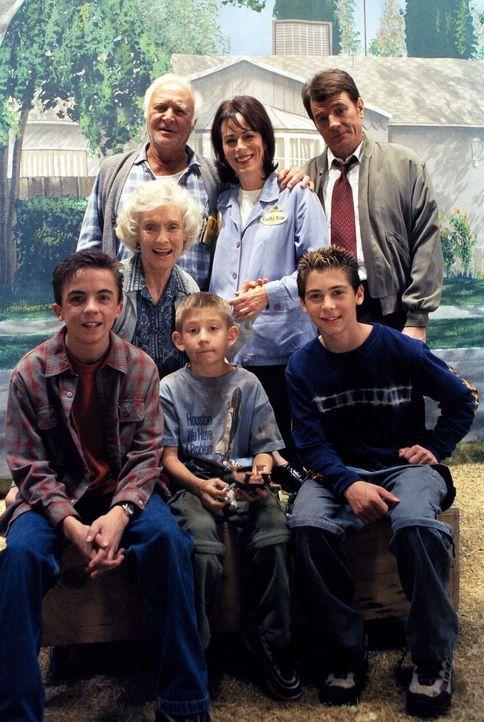 Zeit fürs Familienfoto: (stehend, v.l.n.r.) Victor (Robert Loggia), Lois (Jane Kaczmarek), Hal (Bryan Cranston), (sitzend, v.l.n.r.) Malcolm (Frank... - Bildquelle: TM +   2000 Twentieth Century Fox Film Corporation. All Rights Reserved.