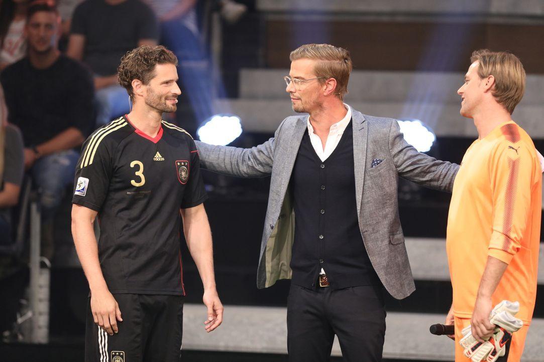 Mögen die Spiele beginnen. Joko (M.) lädt die Fußballprofis Arne Friedrich (l.) und Timo Hildebrand (r.) ein, ihr Können in einem Duell mit einem Ho... - Bildquelle: Jens Hartmann ProSieben