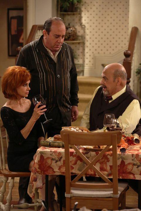 Als Mike an Thanksgiving krank wird, freuen sich Molly, Joyce (Swoosie Kurtz, l.) und Victoria heimlich darüber, nicht kochen zu müssen. Doch dann l... - Bildquelle: Warner Brothers