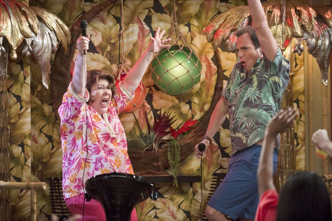 Erleben einen Urlaub der besonderen Art: Nathan (Will Arnett, r.) und Carol (Margo Martindale, l.) ... - Bildquelle: 2013 CBS Broadcasting, Inc. All Rights Reserved.
