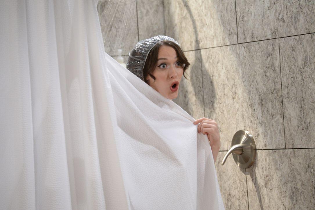 Max (Kat Dennings) nutzt die Duschen in ihrem neuen Nebenjob voll und ganz aus ... - Bildquelle: Darren Michaels Warner Brothers