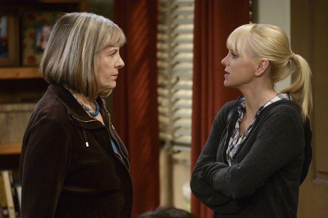 Kann Marjorie (Mimi Kennedy, l.) Christy (Anna Faris, r.) davon überzeugen, mit ihrer Mutter über den Rückfall zu sprechen? - Bildquelle: Warner Bros. Television