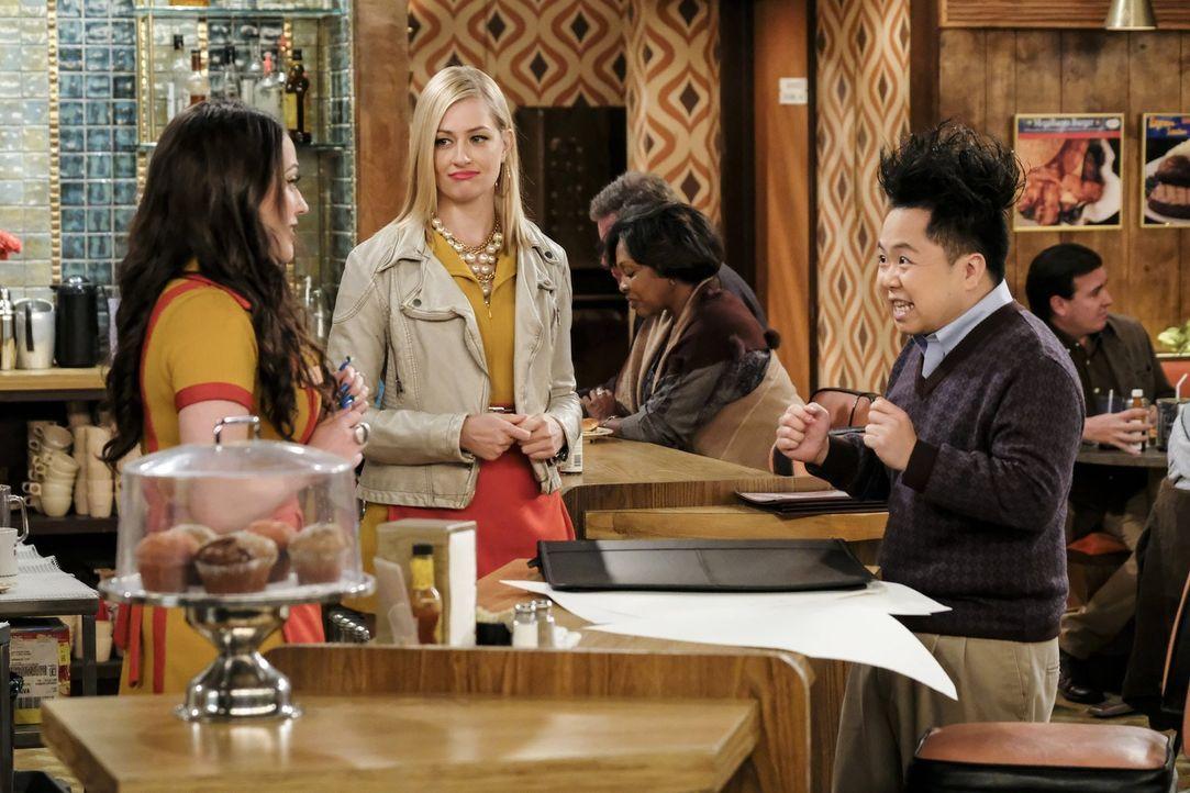 Als Han (Matthew Moy, r.) von dem Pulver des Kakaodrinks ihres neuen Barkeepers abhängig wird, müssen Max (Kat Dennings, l.) und Caroline (Beth Behr... - Bildquelle: Warner Bros. Television