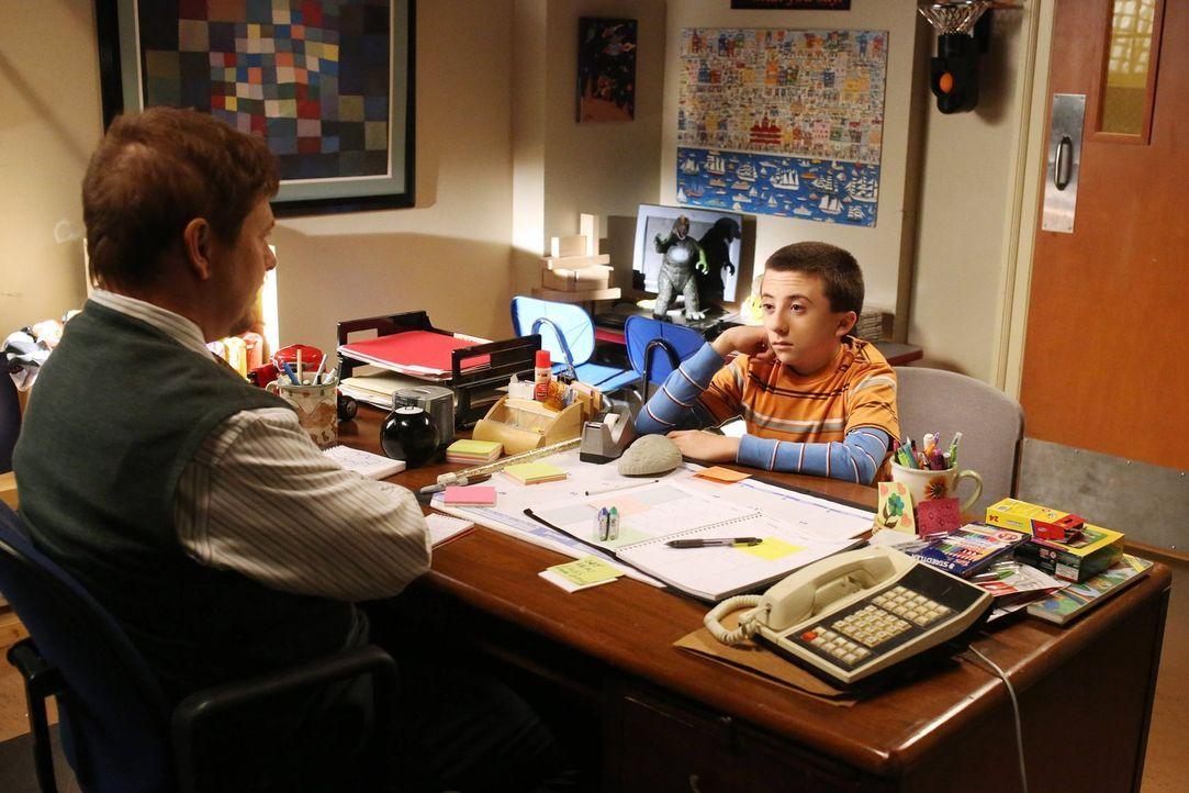 Während Brick (Atticus Shaffer, r.) vom Schulpsychologen Dr. Fulton (Dave Foley, l.) Tipps bekommt, wie er Freunde finden kann, legen sich Frankie u... - Bildquelle: Warner Brothers
