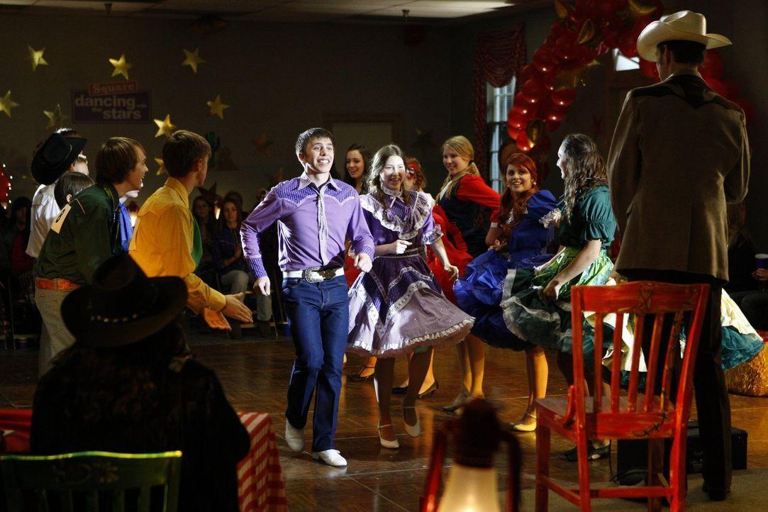 Der Square-Dance-Wettbewerb von Sue (Eden Sher, r.) und Brad (Brock Ciarlelli, l.) fällt genau auf den Super-Bowl-Sonntag. Was wohl Football-Enthusi... - Bildquelle: Warner Brothers