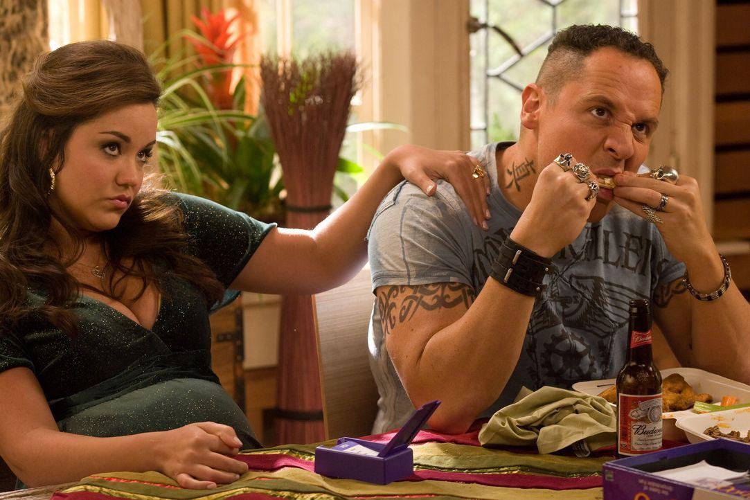 Als Kate auf Brads Vater, Brüder (Jon Favreau, r.) und deren Angeheiratete (Katy Mixon, l.) stößt, treten schon bald viele von Brad sehr gut gehütet... - Bildquelle: Warner Bros. Television