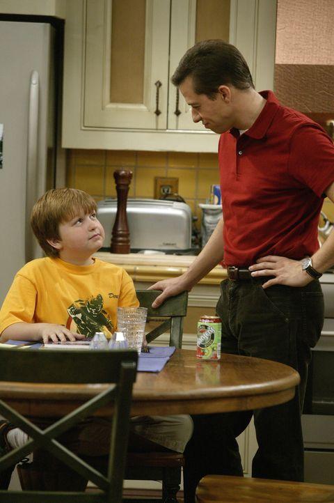 So gerissen wie Jake (Angus T. Jones, l.) ist, findet er immer eine neue Möglichkeit, Alans (Jon Cryer, r.) pädagogische Bemühungen zu unterlaufe... - Bildquelle: Warner Brothers Entertainment Inc.