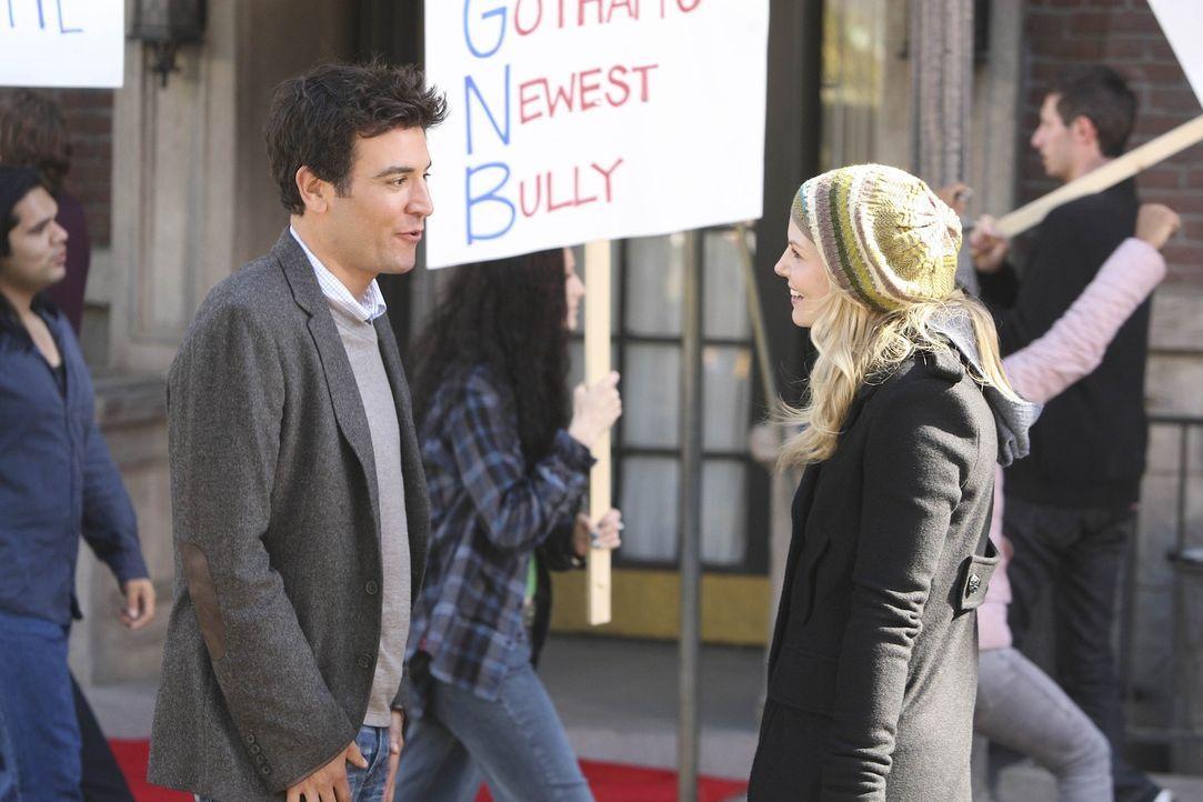 Ted (Josh Radnor, l.) trifft auf eine hübsche Frau (Jennifer Morrison, r.), die sich sehr darüber ärgert, dass eine Sehenswürdigkeit abgerissen... - Bildquelle: 20th Century Fox International Television