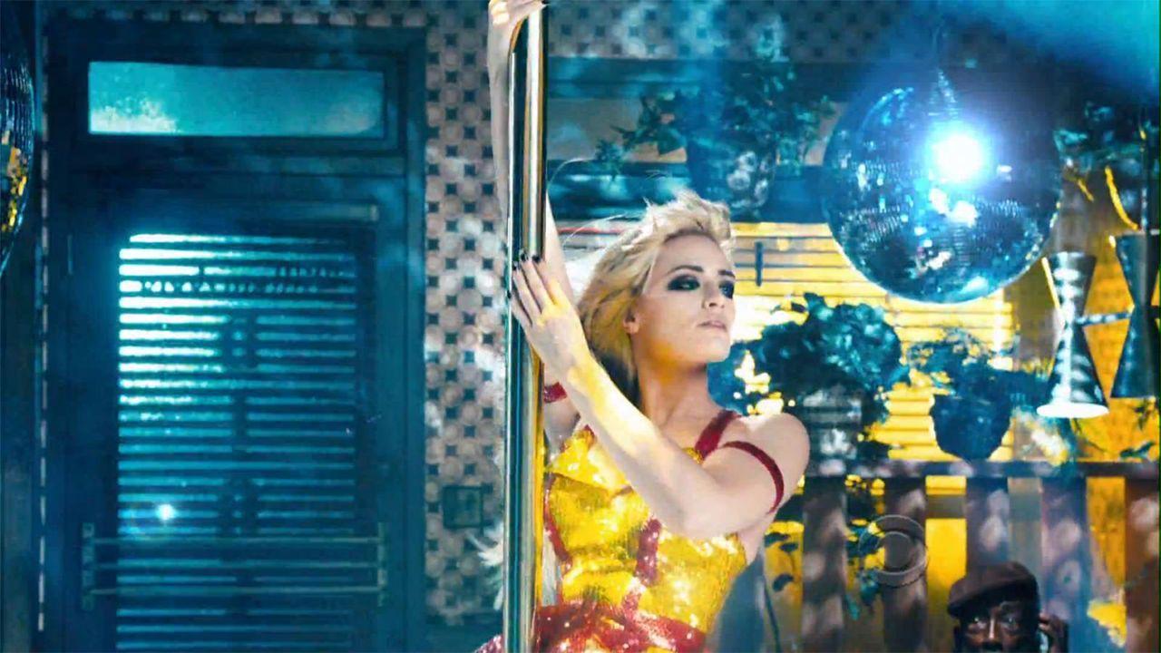 bild-2-broke-girls-super-bowl-sexy-strip-poledance-kat-dennings-beth-behrs-8-cbsjpg 1600 x 900 - Bildquelle: CBS