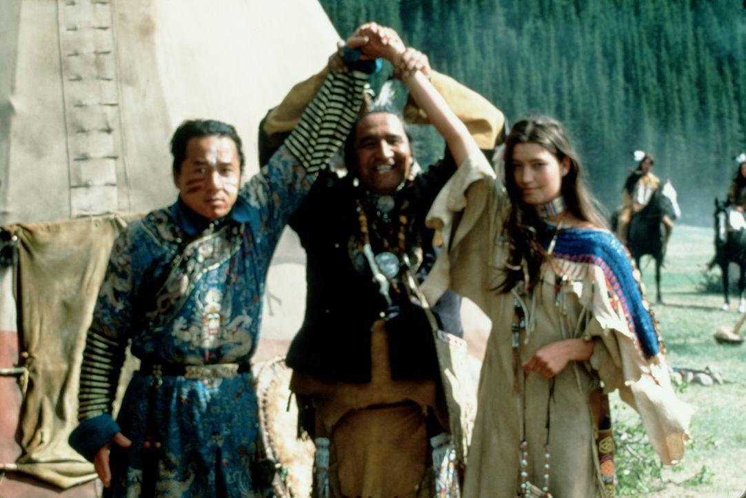 Nach einer durchzechten Nacht unter Rothäuten findet sich Chon (Jackie Chan, l.) am nächsten Morgen als Verheirateter wieder. Der Sioux-Häuptling... - Bildquelle: SPYGLASS ENTERTAINMENT GROUP, LP