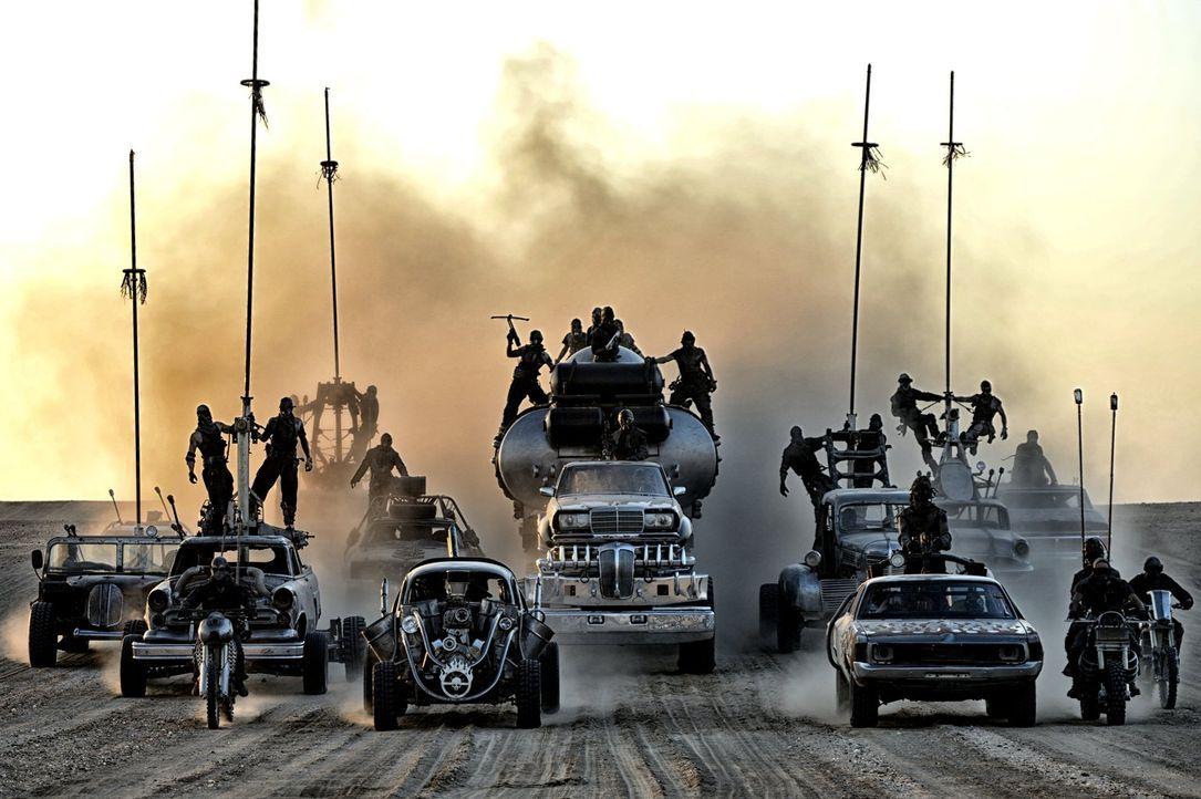 In dem lebensfeindlichen Ödland dürstet jedes Lebewesen nach einigen Tropfen Wasser. Der tyrannische Immortan Joe macht sich das zunutze und herrsch... - Bildquelle: 2015 Warner Bros.