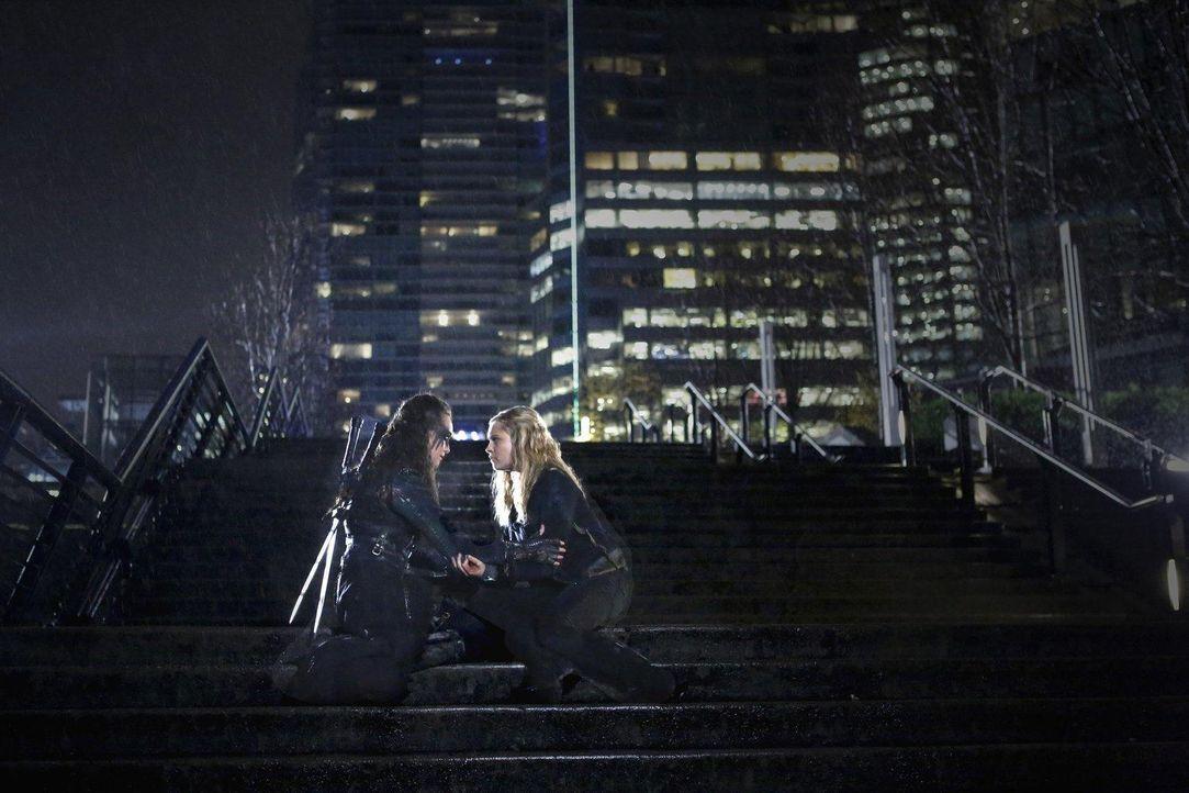 Treffen sich in der Stadt des Lichts wieder: Clarke (Eliza Taylor, r.) und Lexa (Alycia Debnam-Crey, l.) ... - Bildquelle: 2014 Warner Brothers