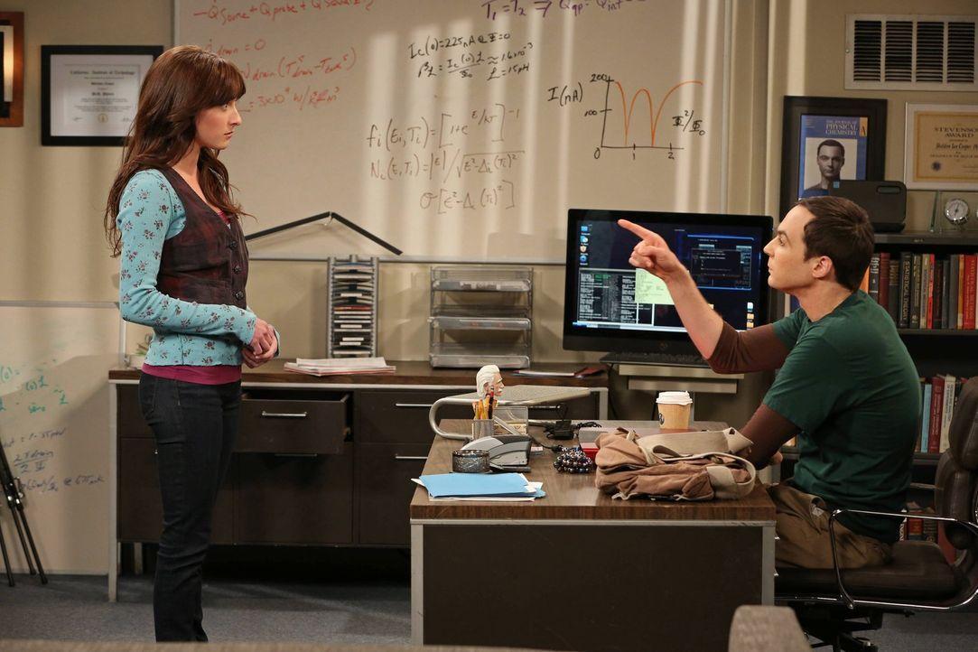 Sheldon (Jim Parsons, r.) hat einen ganz besonderen Auftrag für Alex (Margo Harshman, l.) ... - Bildquelle: Warner Bros. Television