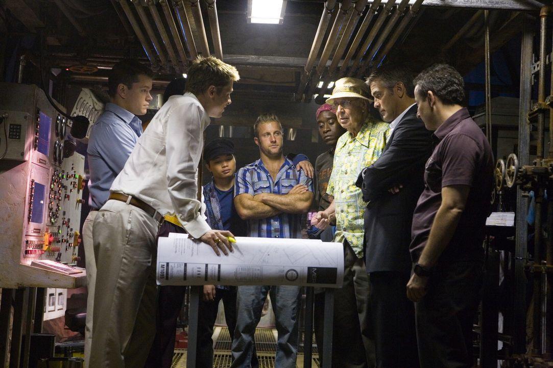 Ocean's 12 (v.l.n.r.: Brad Pitt, Matt Damon, Shaobo Qin, Scott Caan, Don Cheadle, Carl Reiner, George Clooney, Eddie Jemison) sind bereit, ihren Fre... - Bildquelle: TM &   Warner Bros. All Rights Reserved