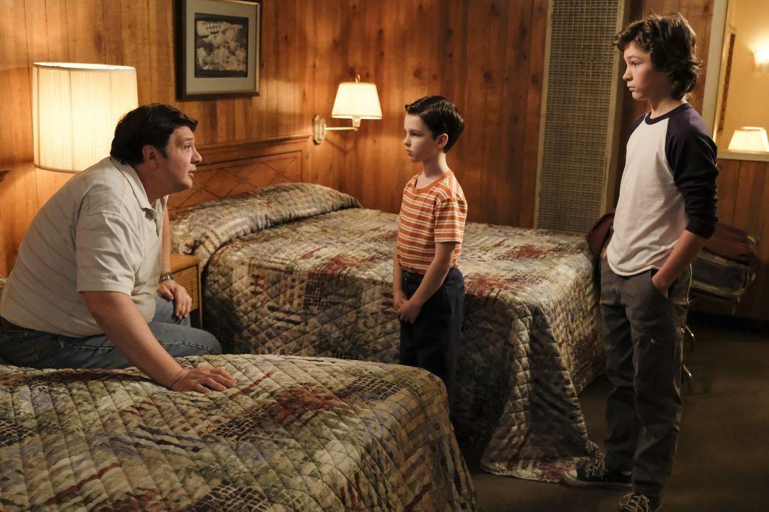 Machen einen Männer-Roadtrip: George (Lance Barber, l.), Sheldon (Iain Armitage, M.) und Georgie (Montana Jordan, r.) ... - Bildquelle: Warner Bros.