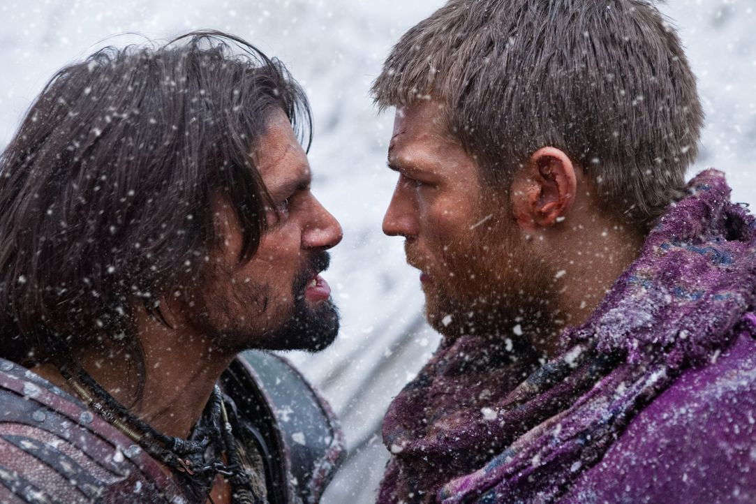 Als ihre Truppe auf einem unpassierbarem, völlig eingeschneiten Bergzug festsitzt, geraten Spartacus (Liam McIntyre, r.) und Crixus (Manu Bennett, l... - Bildquelle: 2012 Starz Entertainment, LLC. All rights reserved.