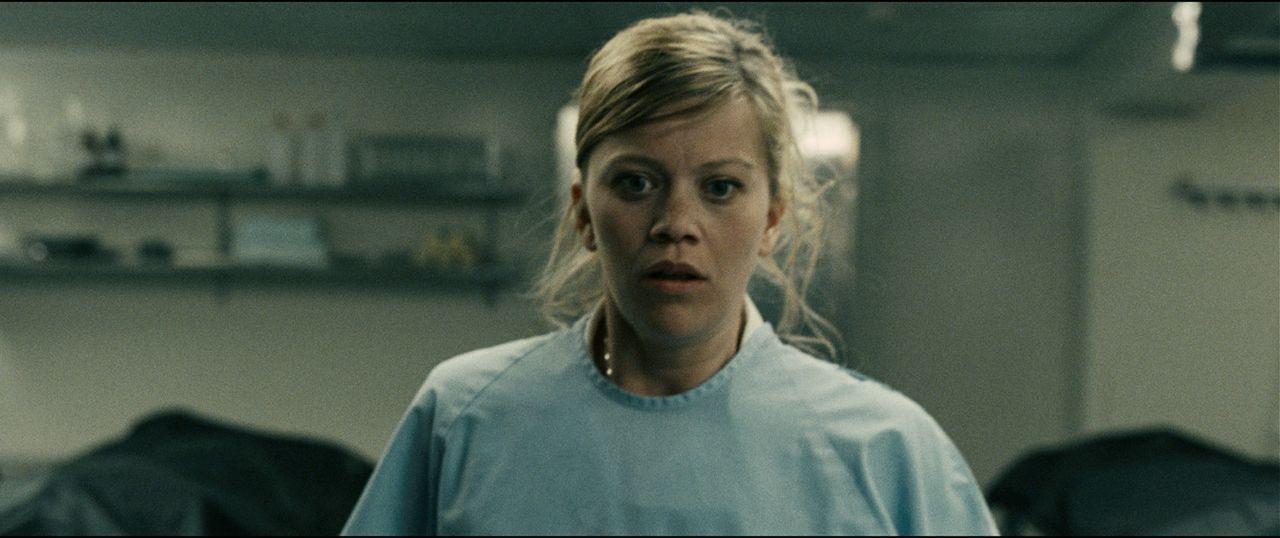 Krankenschwester Audhild (Johanna Mørck) gerät in die Hände eines wahnsinnigen Eispickelmannes ...