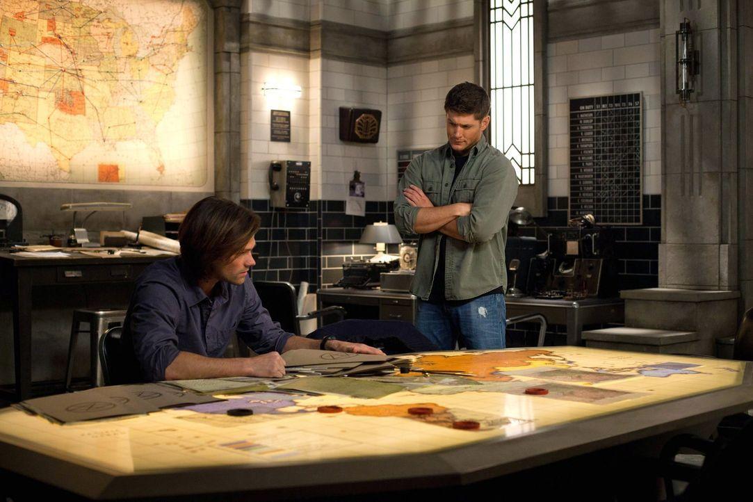 Noch ahnen Sam (Jared Padalecki, l.) und Dean (Jensen Ackles, r.) nicht, dass Crowley ihre Vergangenheit durchforstet ... - Bildquelle: Warner Bros. Television