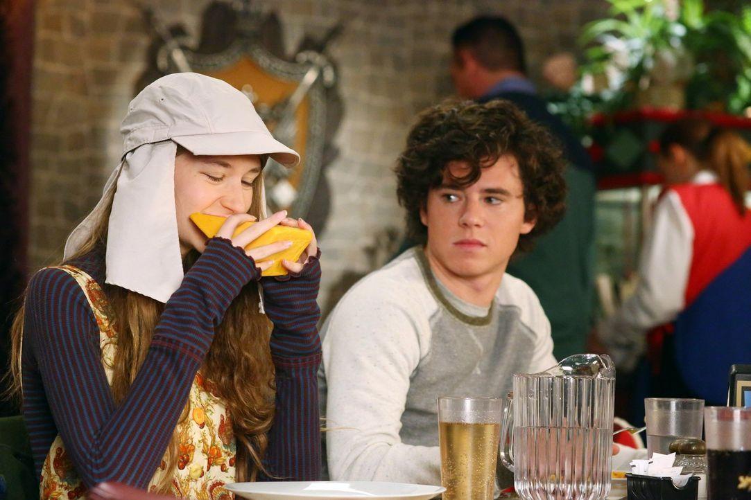Cindy (Casey Burke, l.); Axl (Charlie McDermott, r.) - Bildquelle: Warner Brothers