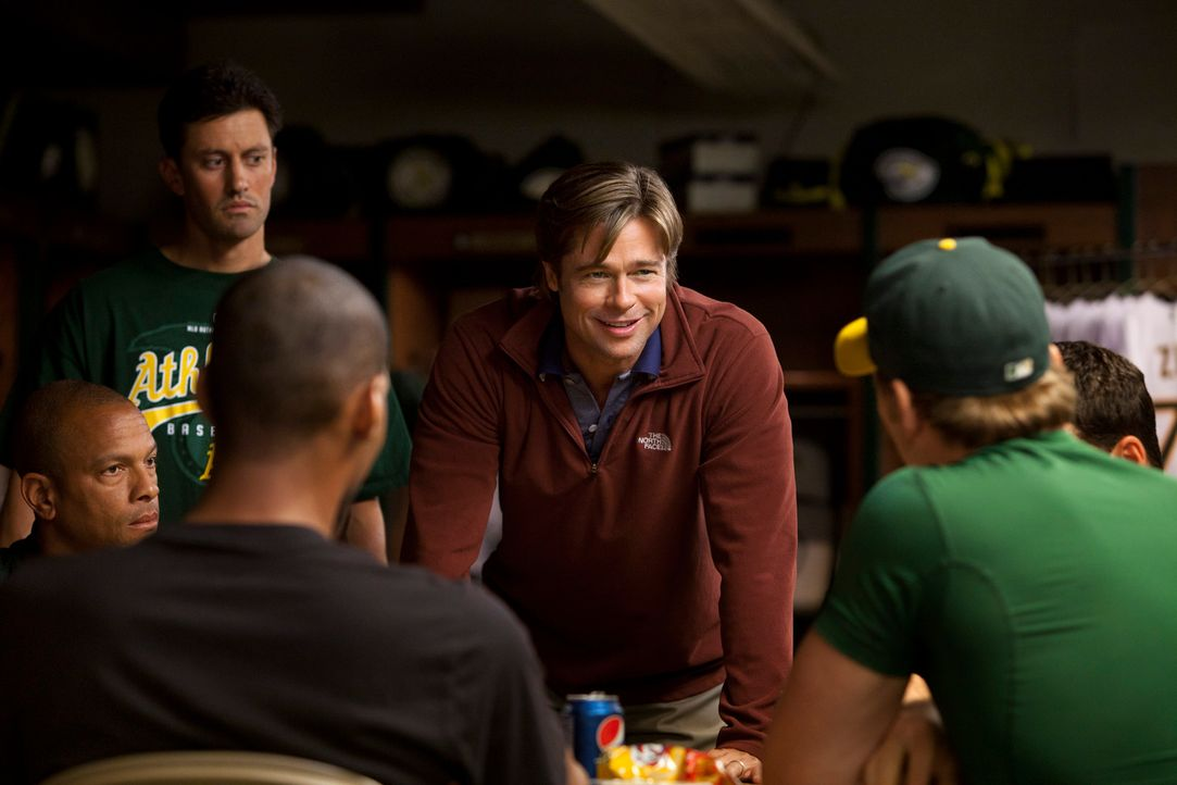 Billy Beane (Brad Pitt, M.) ist Manager bei einem finanzschwachen Baseballclub. Seit Jahren kämpft er damit, bei einem bescheidenen Budget gute Spie... - Bildquelle: 2011 Columbia TriStar Marketing Group, Inc.  All rights reserved.
