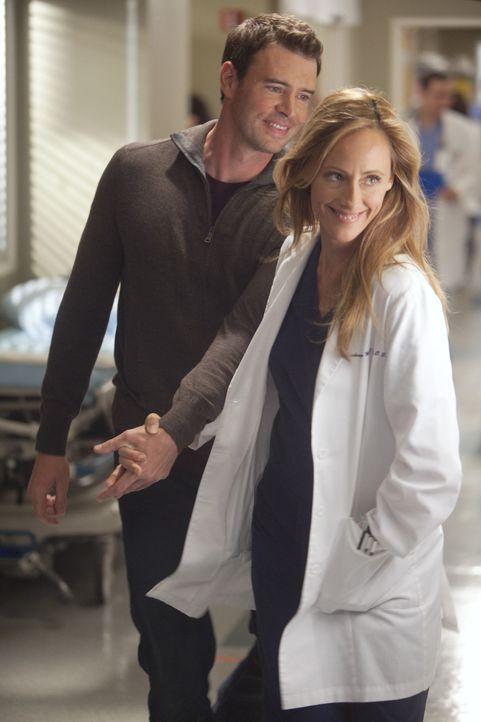 Sind glücklich miteinander: Teddy (Kim Raver, r.) und Henry (Scott Foley, l.) ... - Bildquelle: ABC Studios