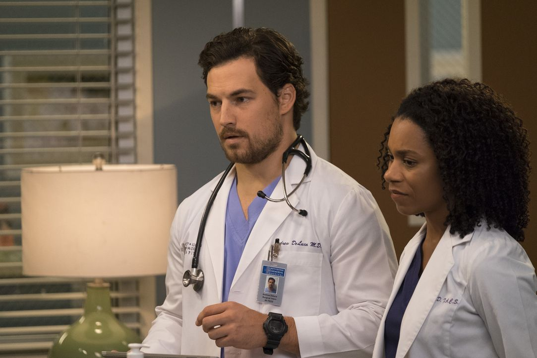Ihre Patientin hat panische Angst vor ihrer lebenswichtigen Operation. Können Dr. Pierce (Kelly McCreary, r.) und Dr. DeLuca (Giacomo Gianniotti, l.... - Bildquelle: John Fleenor 2017 American Broadcasting Companies, Inc. All rights reserved./John Fleenor