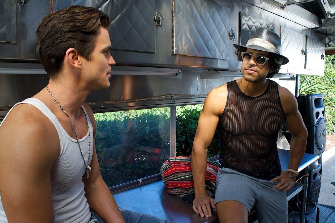 Noch ahnen Ken (Matt Bomer, l.) und Tito (Adam Rodriguez, r.) nicht, dass schon der Weg zur Stripper Konvention in Myrtle Beach mit einigen Probleme... - Bildquelle: Warner Bros.