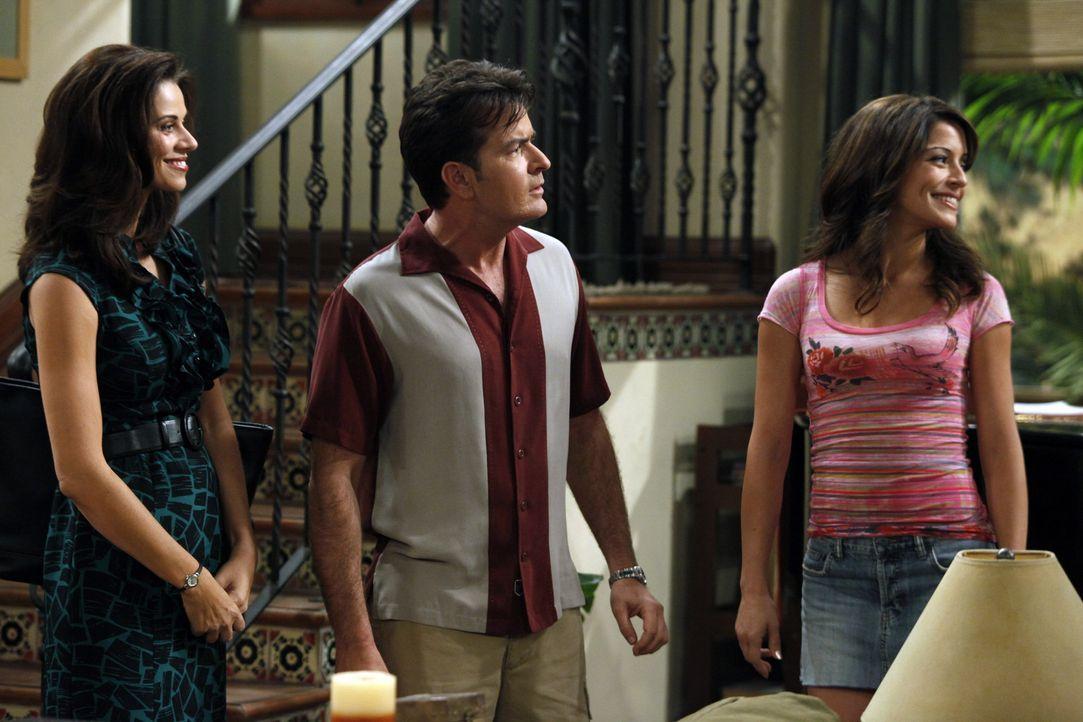 Charlie (Charlie Sheen, M.) trifft seine Ex-Verlobte Mia (Emmanuelle Vaugier, r.) wieder, die ihn offensichtlich noch liebt. Sie will Sängerin werd... - Bildquelle: Warner Bros. Television