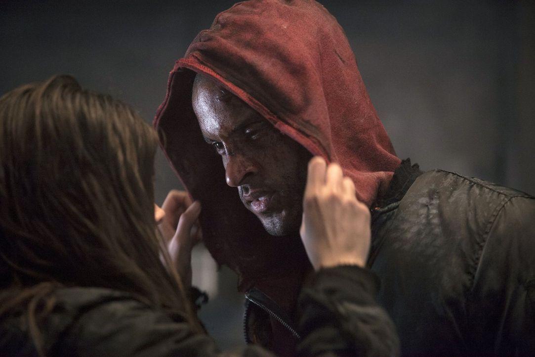 Warum hat Lincoln (Ricky Whittle, r.) Octavia (Marie Avgeropoulos, l.) tatsächlich vor seinen Mitmenschen beschützt? - Bildquelle: Warner Brothers