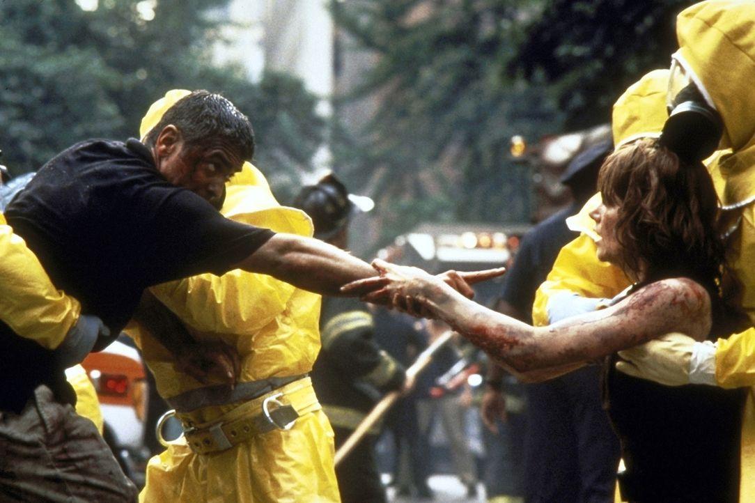 Schon bald wird Thomas (George Clooney, l.) und Julia (Nicole Kidman, r.) klar, dass bei dem Unglück Terroristen die Finger im Spiel hatten ... - Bildquelle: DreamWorks SKG