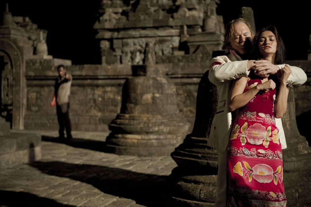 Kann Jake (Kellan Lutz, l.) Prinzessin Sultana (Atiqah Hasiholan, r.) aus der Hand ihres Entführers Malik (Mickey Rourke, M.) befreien? - Bildquelle: EJ 2012 - JAVA HEAT