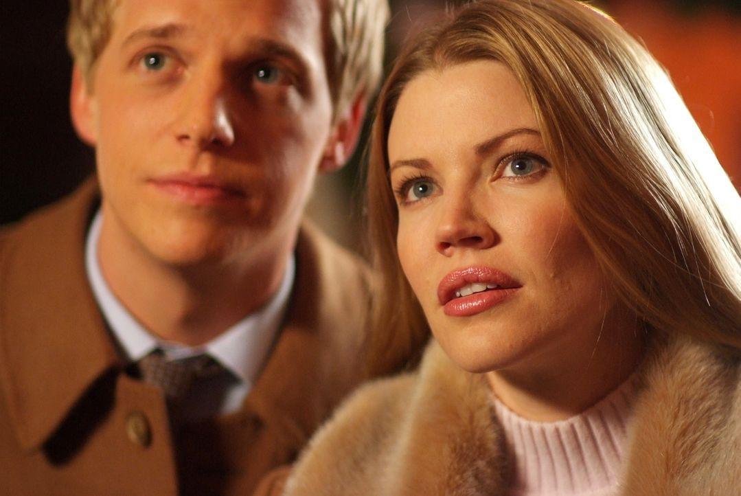 Selbst ihre Flitterwochen stehen unter keinem guten Stern: Prinz Edvard (Chris Geere, l.) und Prinzessin Paige von Dänemark (Kam Henskin, r.) ... - Bildquelle: Nu Image Films